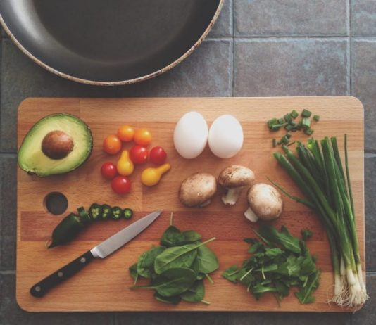 How to Learn to Cook Healthy Food on a Student Budget in a College Dorm